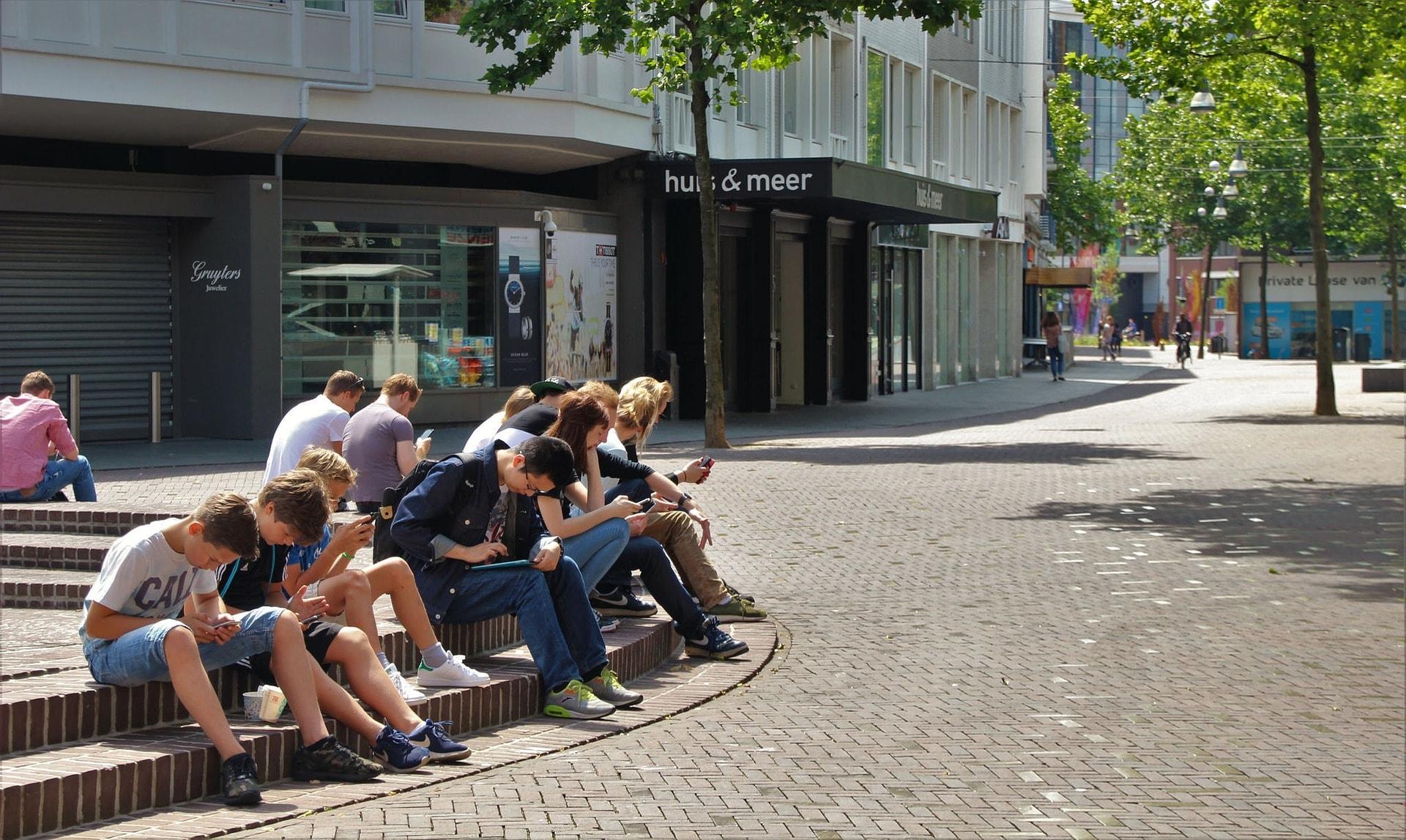 ¿Por qué los jóvenes dedican tanto tiempo a las redes sociales?